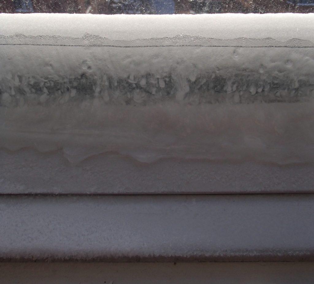 formation de givre et de glace sur la fenêtre par condensation.